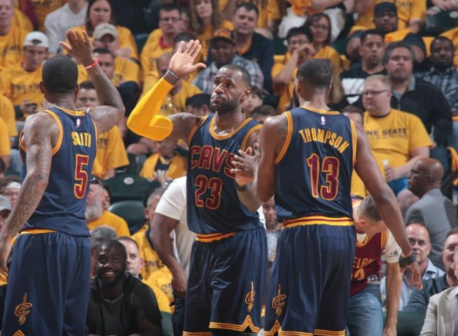 IND Pacers vs. CLE Cavaliers, Smith (5), James (23) a Thompson (13) (Foto: nba.com)