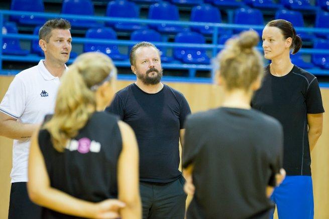 Tréner Jankovič, gen.man. Jendrichovský a hráčka Jurčenková (Foto: Ľubka Ištoňová)
