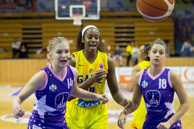 GOOD ANGELS Košice vs. BAM Poprad, Peters (14) vs. Filičková (14) a Sojáková (18) (Foto: Ľubomíra Ištoňová)