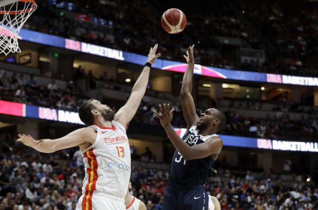 USA - Španielsko, Khris Middleton (54) vs. Marc Gasol (13) (Foto: SITA/AP)
