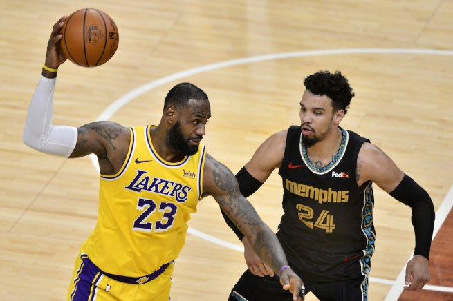 LeBron James, Dillon Brooks (Foto: TASR/AP)